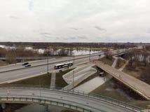 Bro under konstruktion i Riga, Lettland under en dyster dag royaltyfri bild