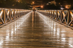 Bro under regnig natt och dess skönhet Royaltyfri Bild