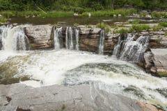 bro under vattenfallet Arkivfoton