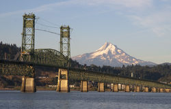 Bro över Columbia till Hood River Oregon Cascade Mountian Royaltyfria Bilder