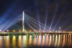 Bro över Daugavafloden i Riga Arkivfoton