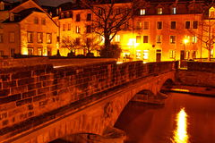 bro över den Alzette floden i Luxembourg bildtagande på natten Royaltyfri Bild