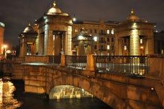 Bro över den Fontanka floden i St Petersburg Arkivfoton