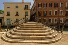 Bro ?ver en kanal i Venedig, Italien arkivfoto