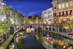Bro över kanalen i den historiska mitten av Utrecht Fotografering för Bildbyråer