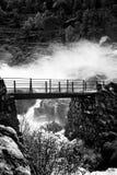Bro över vattenfallet Arkivfoto