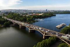 Bro över Yeniseien i Krasnoyarsk, Ryssland Arkivbilder