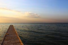 Bro vid Blacket Sea i solnedgång arkivbild