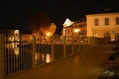 Bro vid natt och historiska byggnader i Treviso, Italien Royaltyfri Fotografi