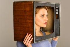 broadcasting het uitzenden studio met TV van de vrouwengreep het uitzenden de post van TV massamedia het uitzenden surfen royalty-vrije stock afbeelding