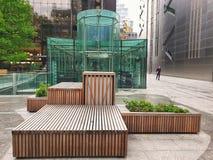 Broadgate, Лондон - современный квадрат и стеклянный ресторан стоковое изображение