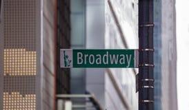 Broadway drogowy znak Plama budynków fasadowy tło, Manhattan śródmieście zdjęcia royalty free