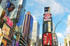 Broadway en 7de Wegwolkenkrabbers op Times Square Stock Foto's