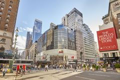 Broadway et trente-quatrième rue occidentale pendant l'heure de pointe au coucher du soleil Images libres de droits