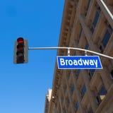Broadway gataLos Angeles vägmärke i redlight Arkivbild