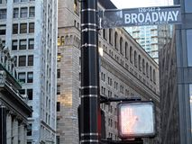 Broadway gatatecken, med skyskrapan i bakgrunden, New York City, USA arkivbilder