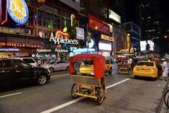 Broadway nachts, New York, NY lizenzfreie stockfotos