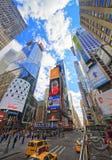 Broadway och 7th aveny i Times Square från utfärdbussen Arkivbild