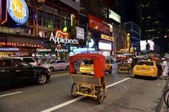 Broadway på natten, New York, NY Arkivfoto
