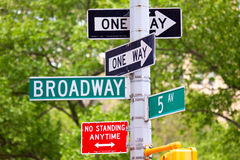 Broadway, quinto viale e segni del sistema unidirezionale Fotografia Stock Libera da Diritti