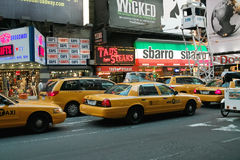 Broadway Taxis af en toe Vierkant New York Stock Afbeeldingen