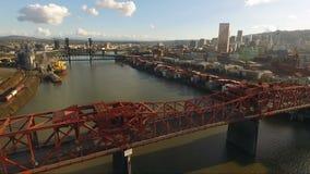 Broadway trekt van de Rivierportland Oregon van Brugwillamette de de Stadshorizon Van de binnenstad stock video