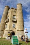 Broadway-Turm und Zeichen für Kernbunker, Cotswold-Weise, England Lizenzfreies Stockfoto