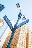 Broadway-Zeichen und -Empire State Building Lizenzfreies Stockbild