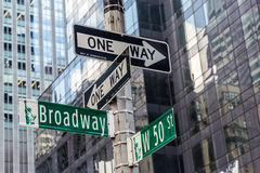Broadway znak uliczny blisko czasu kwadrata w Miasto Nowy Jork Fotografia Stock