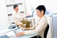 Büroangestellte mit Laptopen Stockfoto