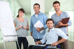 Büroangestellter in einem Rollstuhl Stockfotografie