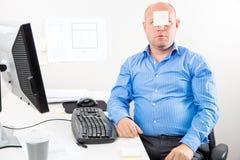 Büroangestellter mit Anmerkung im Gesicht Stockbild