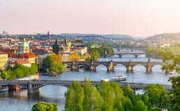 Broar över den Vltava floden i Prague på solnedgången, Tjeckien royaltyfri fotografi