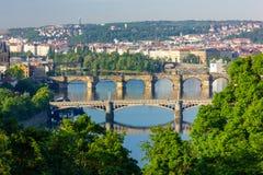 Broar över den Vltava floden i Prague, Tjeckien arkivbilder