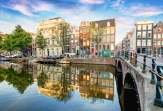 Broar över kanaler i Amsterdam, Nederländerna arkivfoto