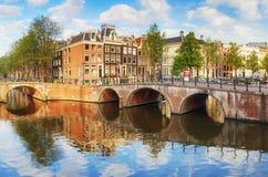 Broar över kanaler i Amsterdam, Nederländerna royaltyfria foton