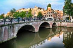 Broar över kanaler i Amsterdam, Nederländerna royaltyfri foto