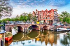Broar över kanaler i Amsterdam, Nederländerna royaltyfria bilder