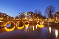 Broar över kanaler i Amsterdam på natten Royaltyfria Foton