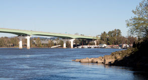 Broar över upptagna flodbanker arkivfoton