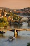 broar över vltava för prague flodsolnedgång Arkivbild