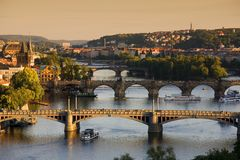 broar över vltava för prague flodsolnedgång Fotografering för Bildbyråer