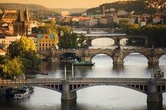 broar över vltava för prague flodsolnedgång Arkivfoton