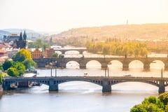 Broar av Prague över den Vltava floden på solig sommardag Scenisk sikt från Letna Prague tjeckisk republik Royaltyfri Foto