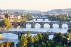 Broar av Prague från ovannämnt på solnedgången Royaltyfri Bild
