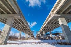 Broar för undersidatillståndshuvudväg som går över de Minnesota flodsöderna av de tvilling- städerna - utmärkt raka linjer, symme royaltyfria bilder