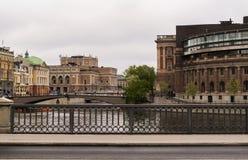 Broar i mitten av Stockholm Gamla Stan och hus av parlamentet royaltyfri foto
