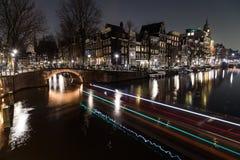 Broar intersectio på för de Leidsegracht och Keizersgracht kanalerna Royaltyfri Bild