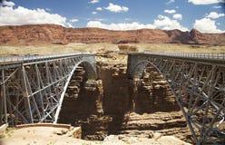 broar kopplar samman Arkivbild