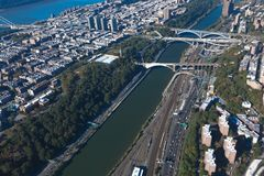 Broar mellan Manhattan och Bronxen i New York NYC i USA Upper Manhattan Harlem River Flyg- helikoptersikt arkivbild